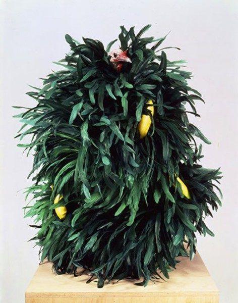 Untitled Turkey XXII, pavo relleno cubierto de plumas y bananas de plástico (1993) deMeyer Vaisman