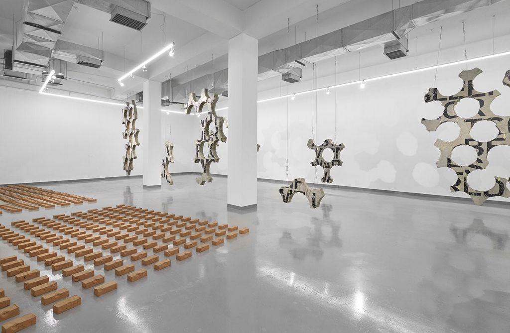Iván Argote, Here eating dirt mom, 2016, instalación compuesta de más de 1.200 ladrillos de arcilla. Vista de la exposición en Proyecto AMIL. Foto: Juan Pablo Murrugarra
