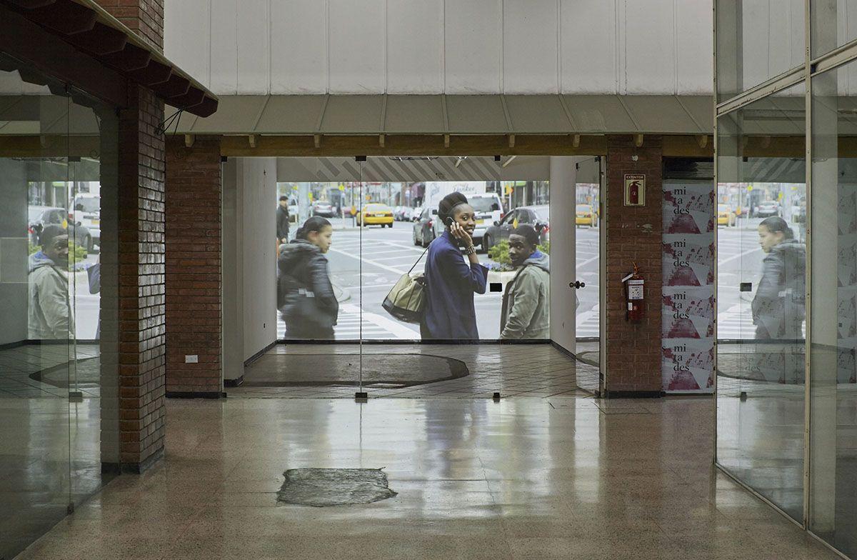 Iván Argote, Sin título, 2016, proyección de video. Vista de la exposición en Centro Comercial Camino Real, Lima. Foto: Juan Pablo Murrugarra