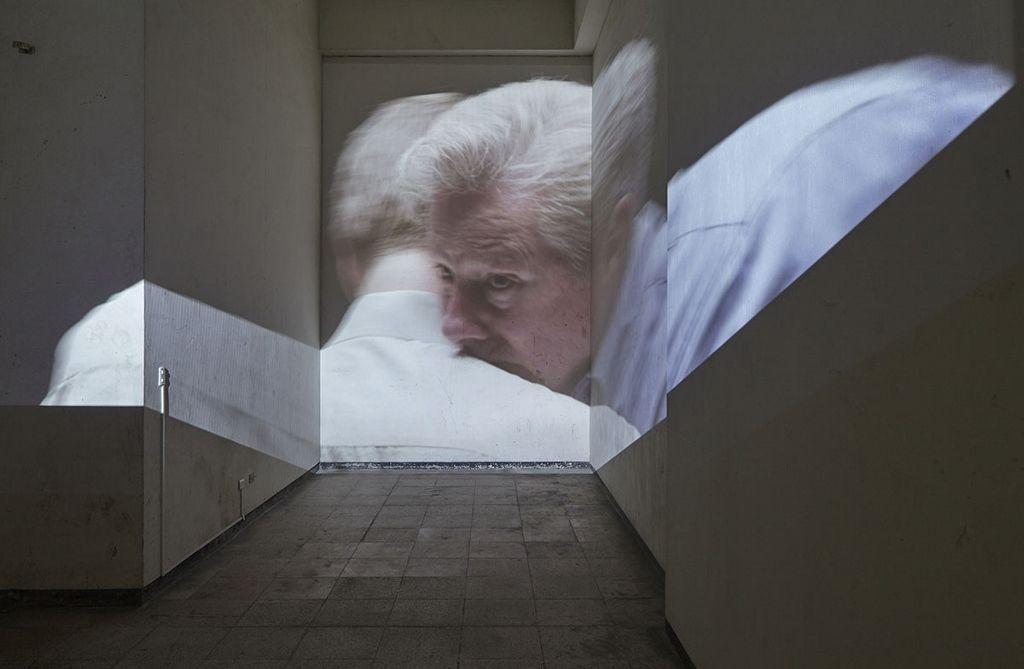 Iván Argote, Two 50 year old white males having emotions, 2016, proyección de video. Vista de la exposición en Proyecto AMIL. Foto: Juan Pablo Murrugarra