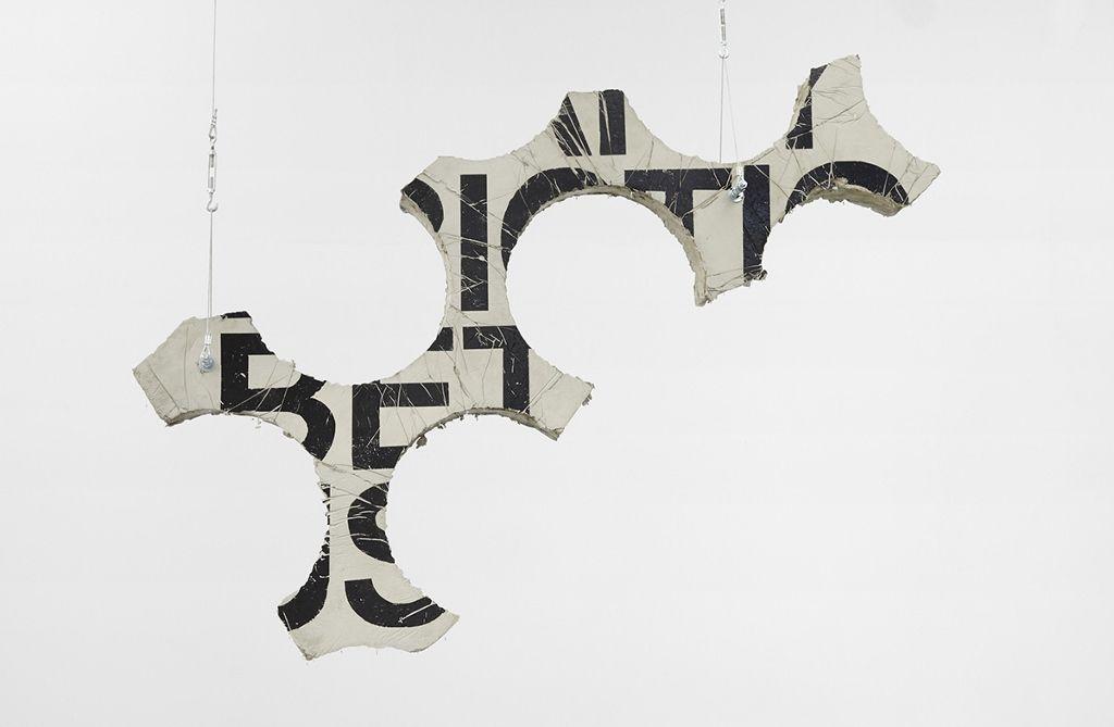 Iván Argote, Among us, 2016, cemento. Vista de la exposición en Proyecto AMIL. Foto: Juan Pablo Murrugarra