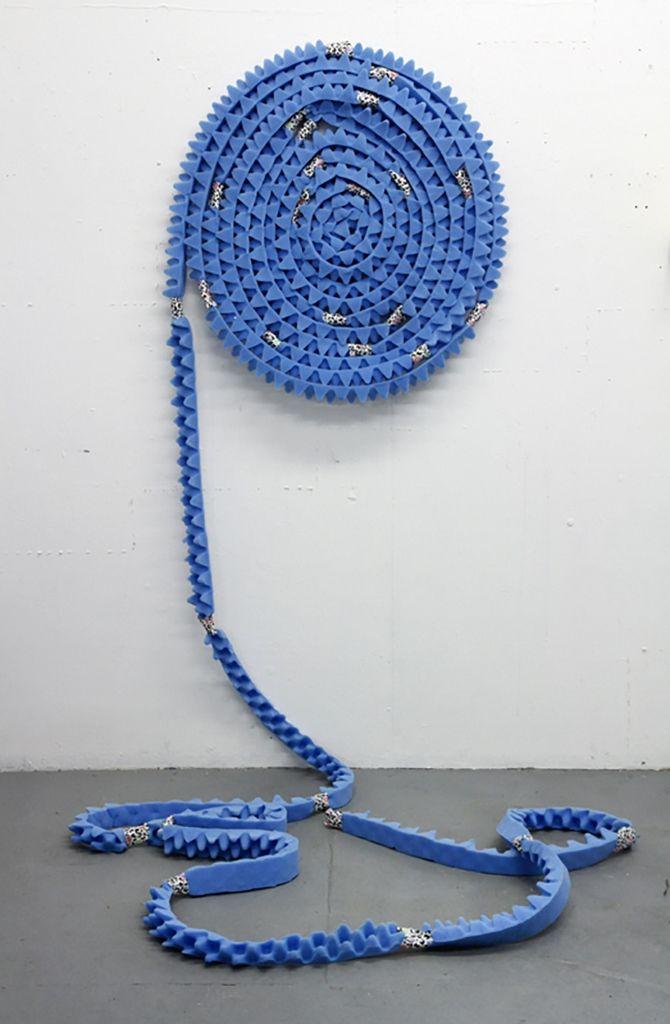 Denise Treizman, Roll On, 2014, colchón de goma espuma, cinta adhesiva. Dimensiones variables. Cortesía de la artista