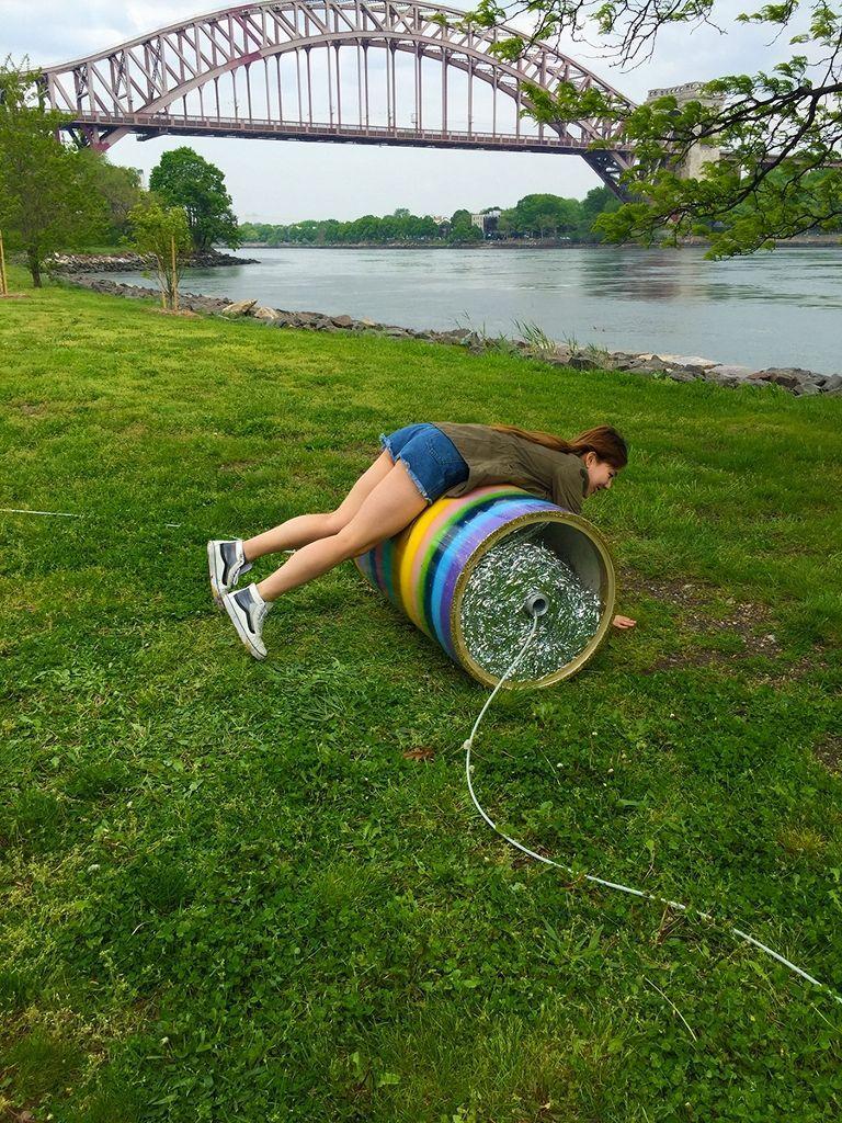 Denise Treizman, Spartan Follies, 2016, neumáticos, pintura spray, soga, cinta adhesiva, escarcha, cadenas, pelotas de ejercicio, arena. Dimensiones variables. Instalación de arte interactiva en Randall's Island Park, Nueva York. Foto: Toby Tenenbaum