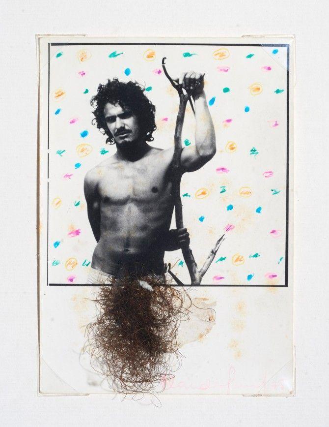 Claudio Perna, Retrato de Joe con vellos, 1975, Impresión sobre gelatina de plata, tinta, sello, pegamento y vello púbico sobre papel, 14,7 x 10,4 cm. Cortesía: HFFA