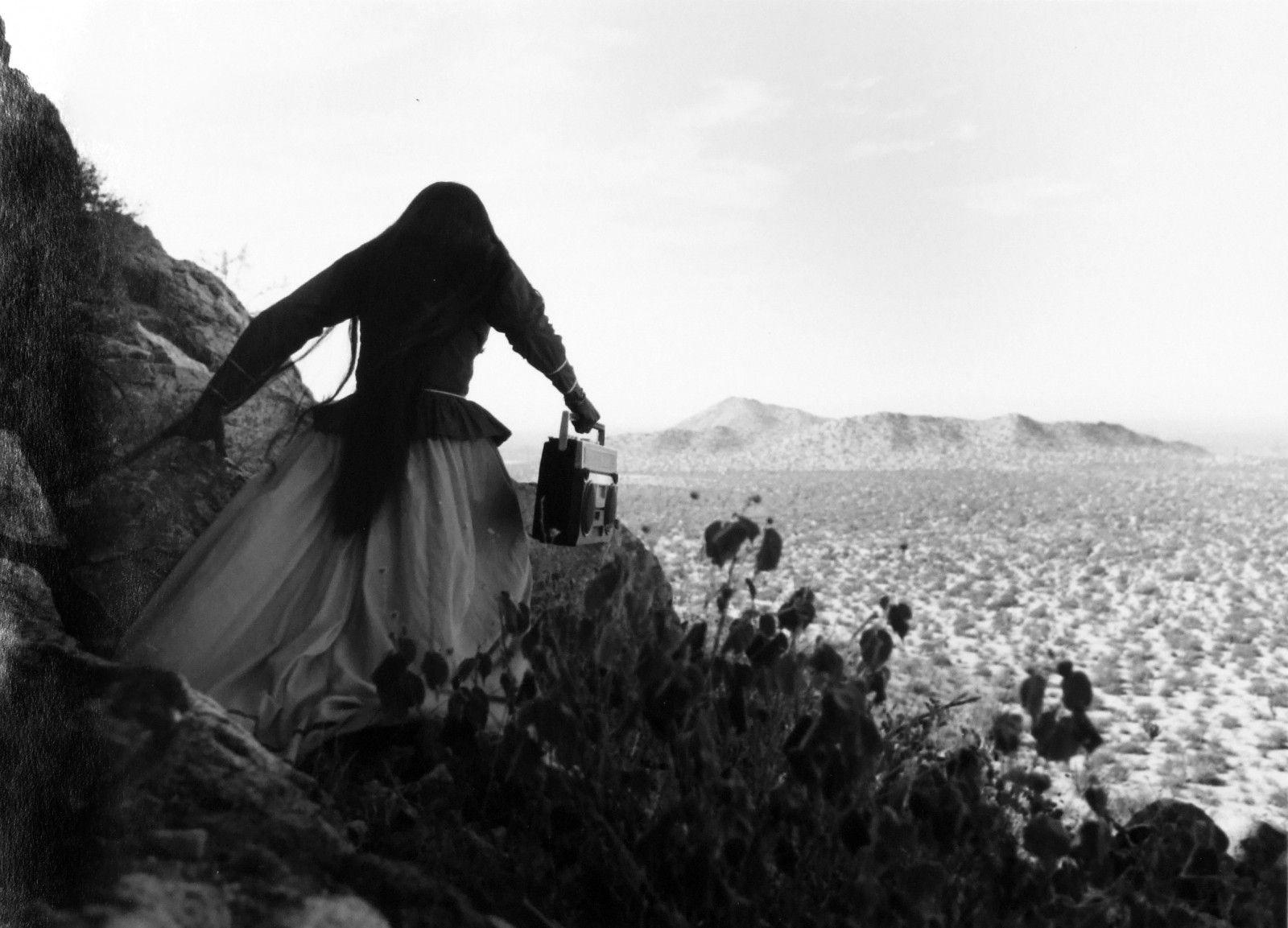 Graciela Iturbide, Mujer ángel, Desierto de Sonora, México, 1979, impresión en gelatina de plata. Cortesía: Cecilia Brunson Projects Santiago