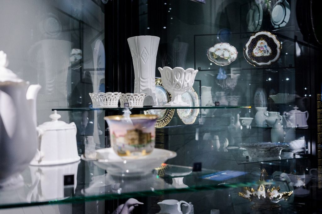 Josefina Guilisasti, Objetos Light, 2013, 60 piezas de silicona blanca y de colores traslúcidos, cuyos moldes han sido tomados de diferentes artículos antiguos hechos originalmente en porcelana. Vista de la instalación en el Museo de Artes Decorativas, Santiago. Cortesía de la artista