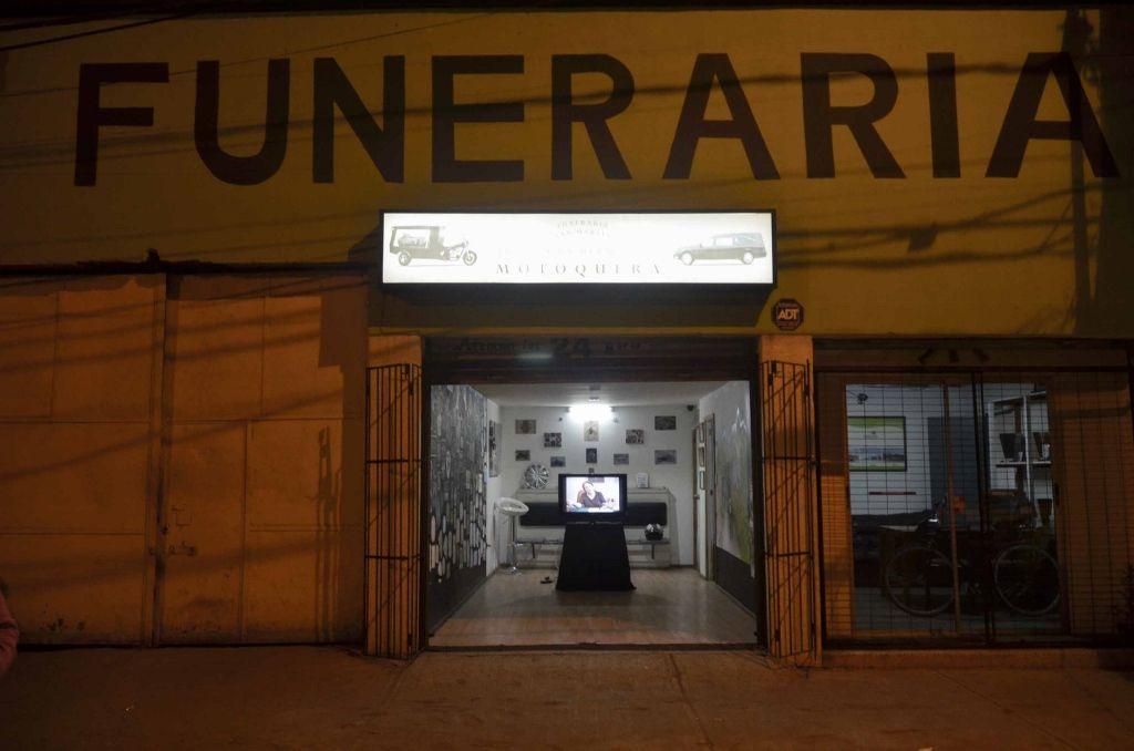 """Vista de la exposición """"La Ultima Ruta"""", del colectivo Cuarzo Negro, en Funeraria San Martín, Santiago de Chile, 2016. Foto: Nicolás Castro"""