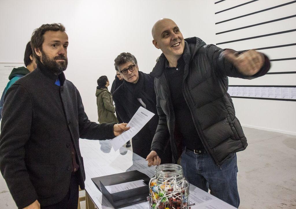 Vista de la exposición The Corrupt Show and The Speculative Machine, del colectivo Superflex, en el MAC, Santiago de Chile, 2016. Foto cortesía: MAC