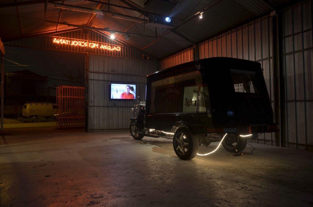 """Vista de la exposición """"La Ultima Ruta"""", del colectivo Cuarzo Negro, en Galería Metropolitana, Santiago de Chile, 2016. Foto: Nicolás Castro"""