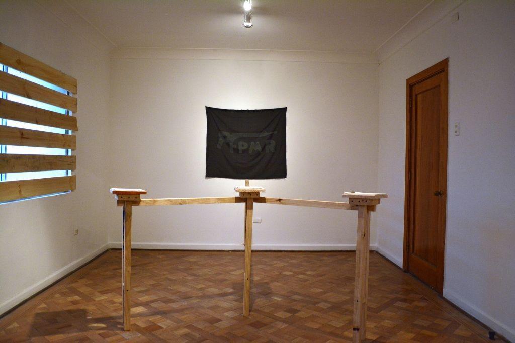 """Vista de la exposición """"Los Hijos del Diablo"""", de Javier Rodríguez, en Espacio Hache, Santiago de Chile, 2016. Cortesía: Espacio Hache"""