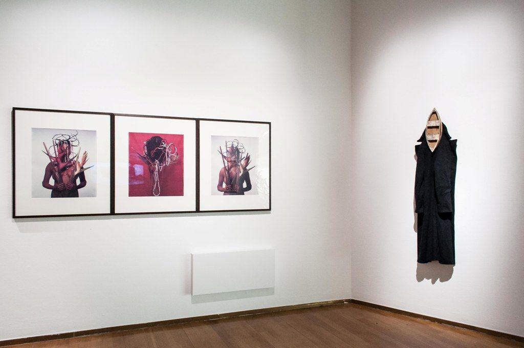 A la izq.: María Magdalena Campos-Pons, Untitled, 1995. Der.: Kcho, Estelas en el mar mi abrigo y mi sostén. Foto: Annamaria La Mastra