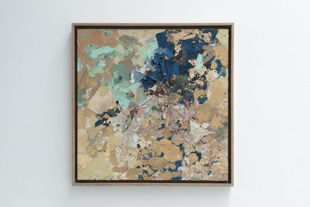 Diana Fonseca, Sin título (de la serie Degradaciones), 2016, fragmentos de pintura montados en madera, 100 x 100 cm. Vista de la exposición Transhumance, en Bruselas, 2016. Foto cortesía de CAB