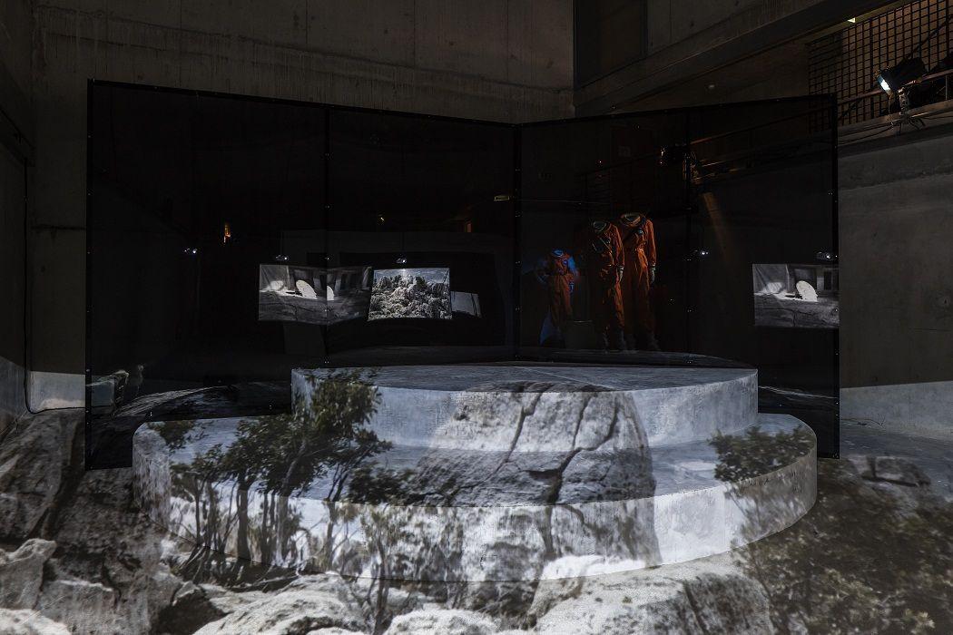 Hito Steyerl. Vista de la instalación. Foto: Timo Ohler. IX Bienal de Berlín, Alemania, 2016.