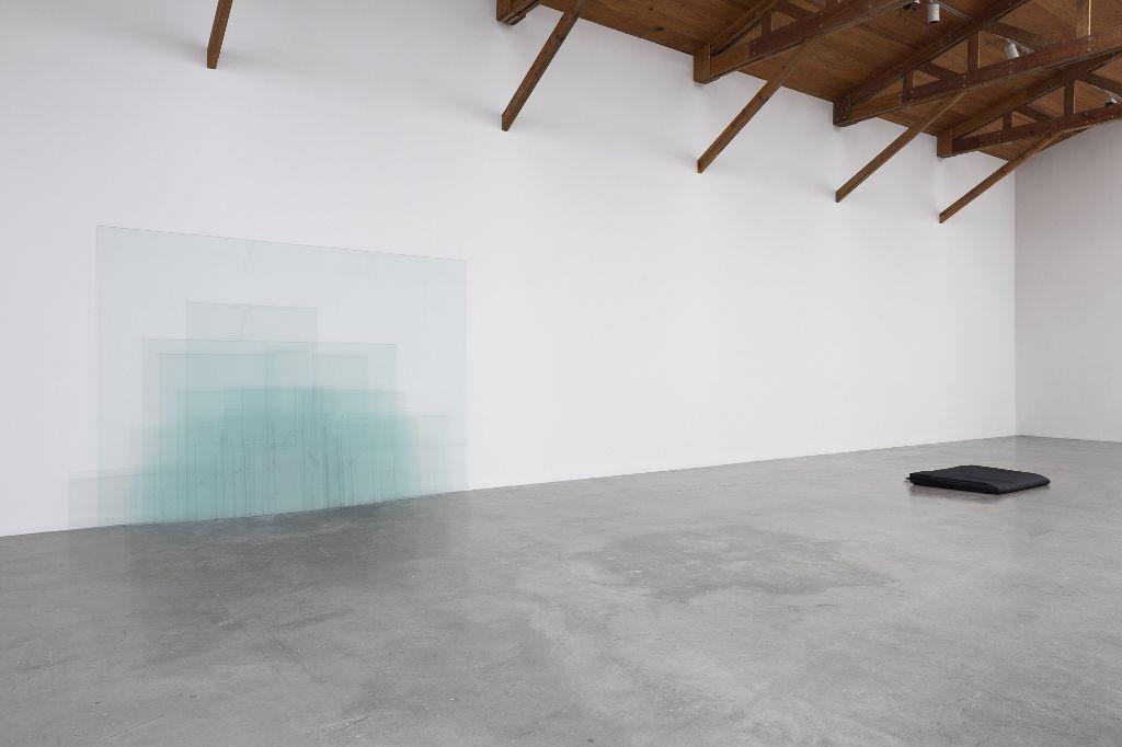Vista de la exposición No se puede hacer una revolución con guantes de seda, de Wilfredo Prieto, 2016, en kurimanzutto, Ciudad de México. Cortesía de la galería