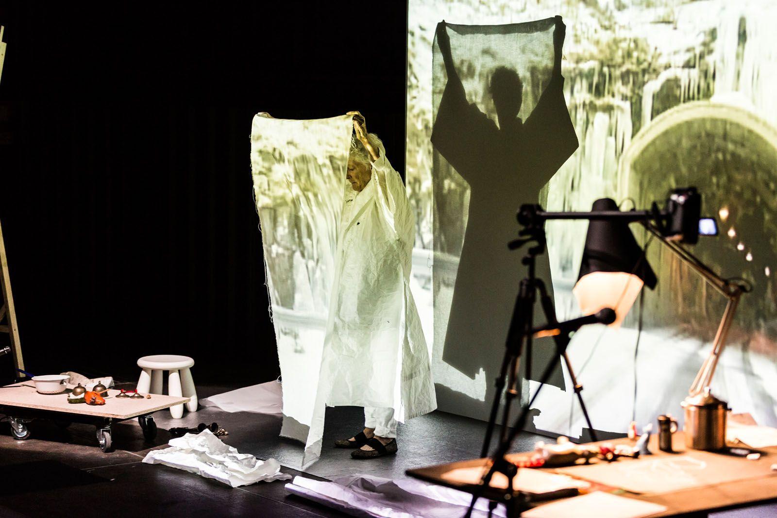 Joan Jonas, Reanimation (2010/2012/2013), performance en Fondazione HangarBicocca, Milán, 2014. Foto: Matteo Scarpellini/almaphotos.net. Cortesía de la artista
