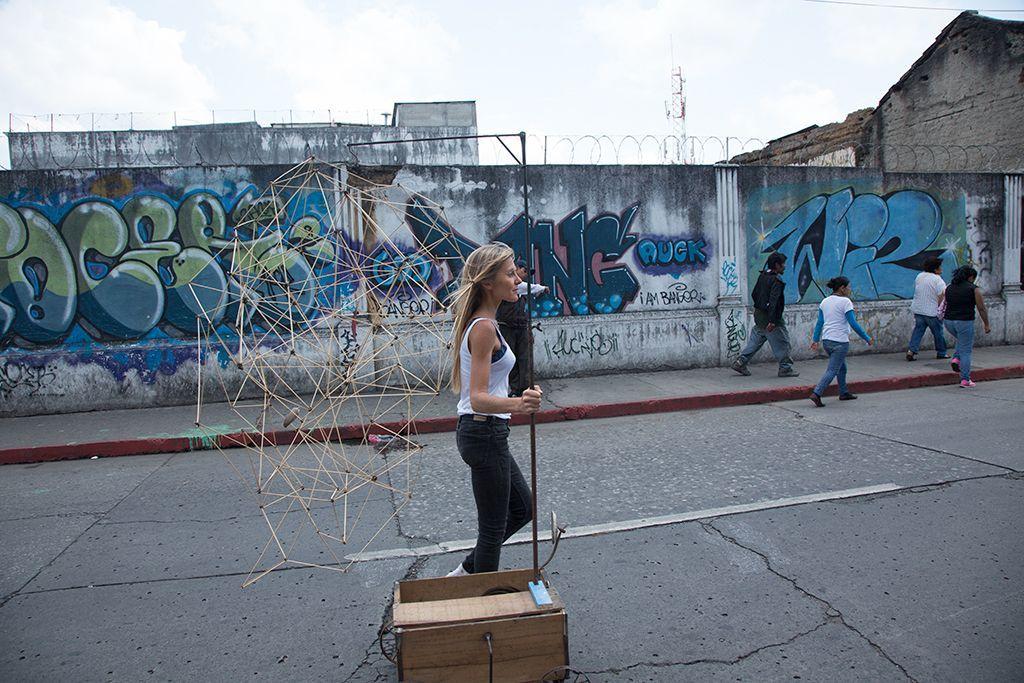 María Ignacia Edwards, Móvil perpetuo. Acción en las calles de la Ciudad de Guatemala. Bienal de Arte Paiz, 2016. Cortesía de la bienal