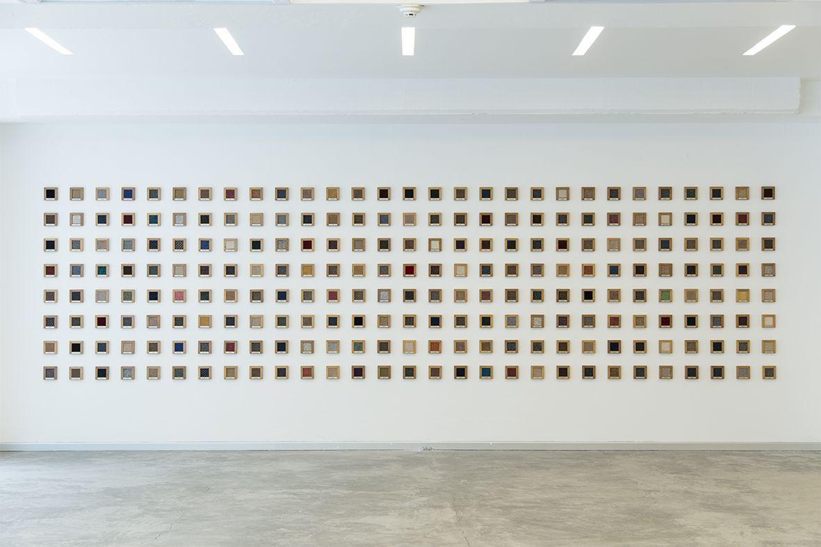 Sofía Táboas, Spectrum, 1993. Alfombra, madera y placa de metal grabado. 230 piezas. Cortesía: ESPAC
