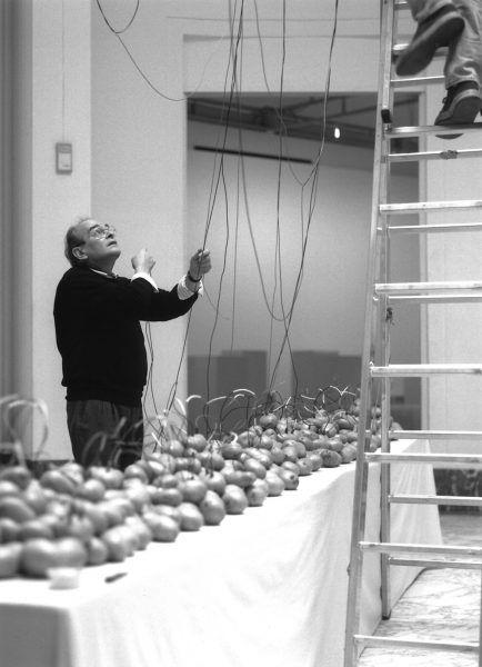 Víctor-Grippo-en-montaje-de-Analogía-I-Bruselas-1995.-Autor-desconocido.-Archivo-Víctor-Grippo.