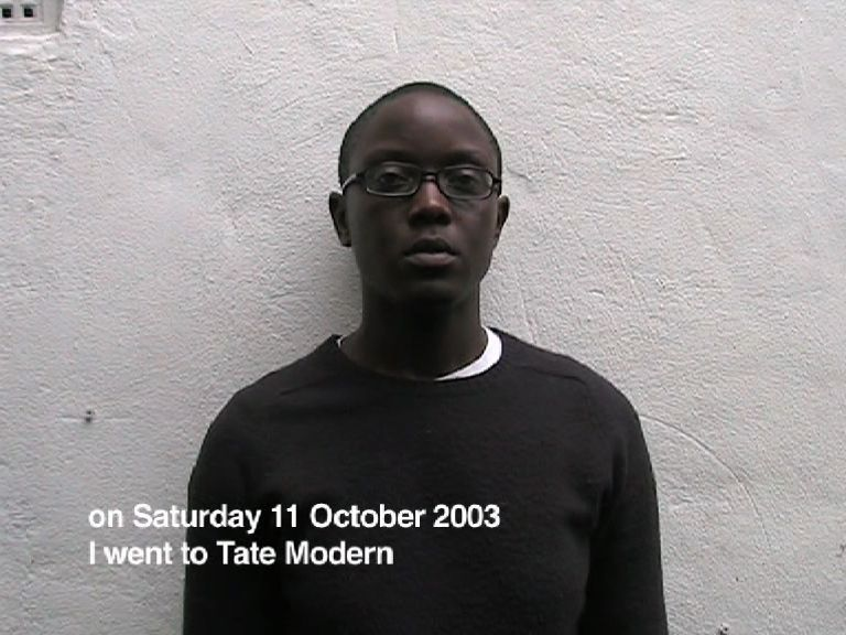 "Video still de ""A short video about Tate Modern"" (2003), de Emma Wolukau-Wanambwa. Cortesía de la artista"