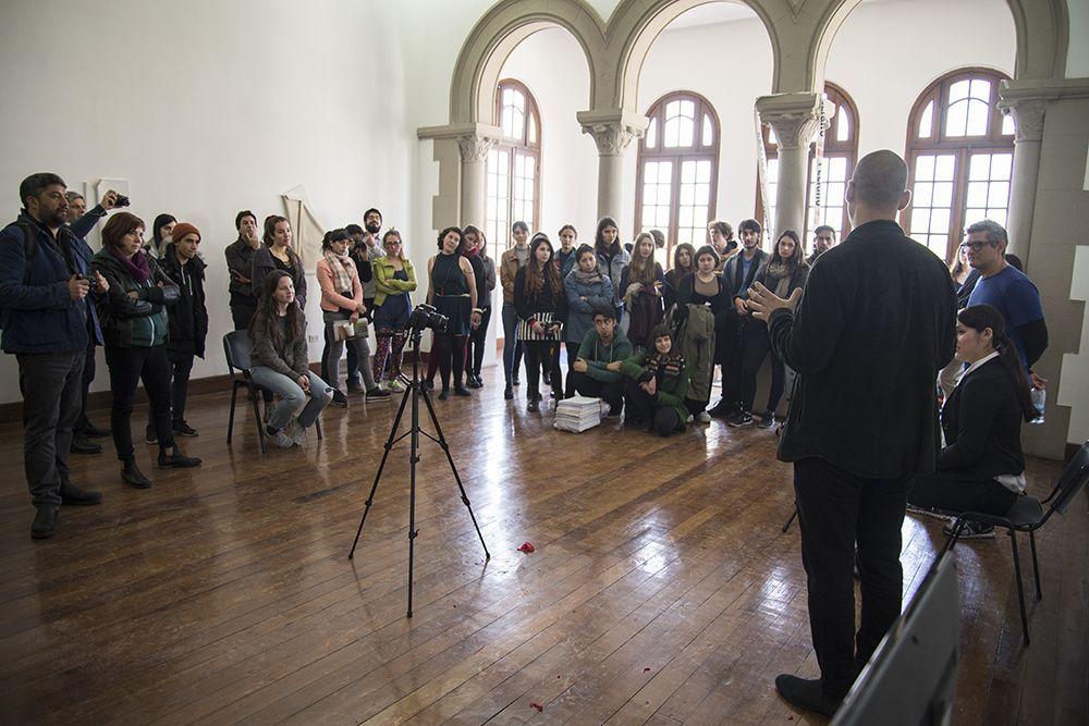 Workshop Situación Limitada, Los Carpinteros y estudiantes de arte de la UC, Galería Macchina, Santiago. Foto: Benjamín Matte, gentileza Galería Macchina