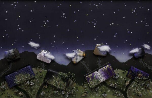 6-Marcelo-Pombo-Noche-estrellada-con-casas-en-las-montañas-2012-Esmalte-acrílico-stickers-papel-madera-algodón-billeteras-y-monederos-sobre-panel-76-5-x-1125-x-6-cm