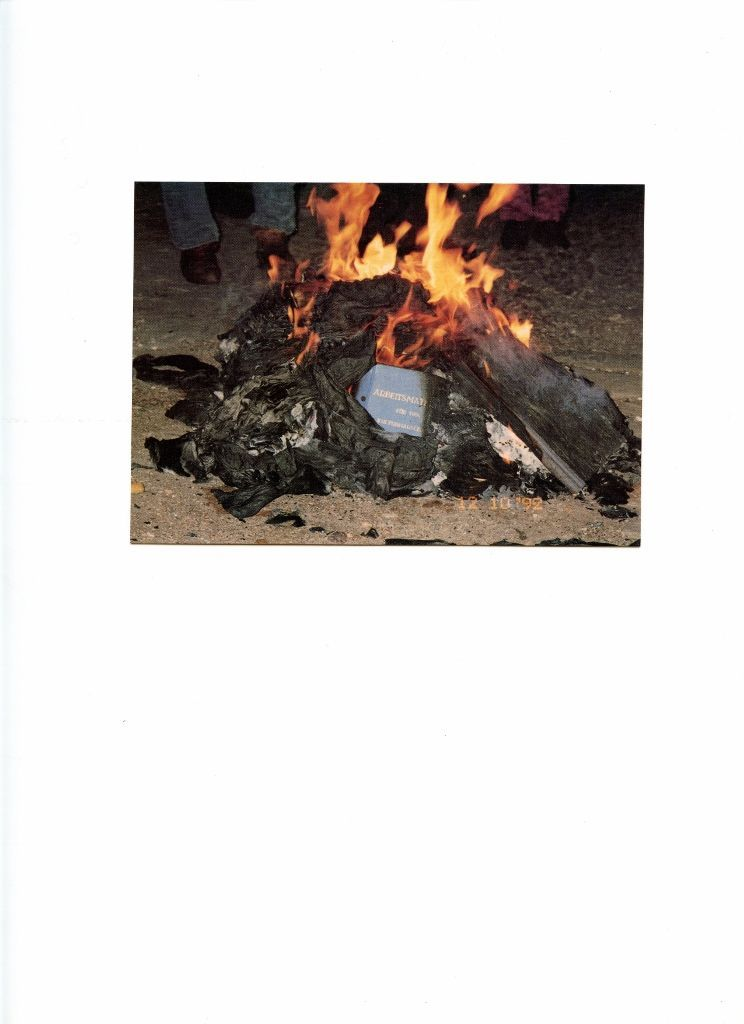 Guillermo Deisler, Auto da fe, 1992, tarjeta postal dedicada a los 500 años del descubrimiento de América. Editor: Huber, Joseph W. Edición: Edition Karte'll. 10,5 x 14,8 cms. Reproducción de fotografía en colores sobre papel. Cortesía: Henrique Faría Nueva York/Buenos Aires; D21 Proyectos de Arte