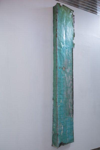 El-peldaño-vecino-madera-volcanita-y-linoleo-medidas-variables-2014