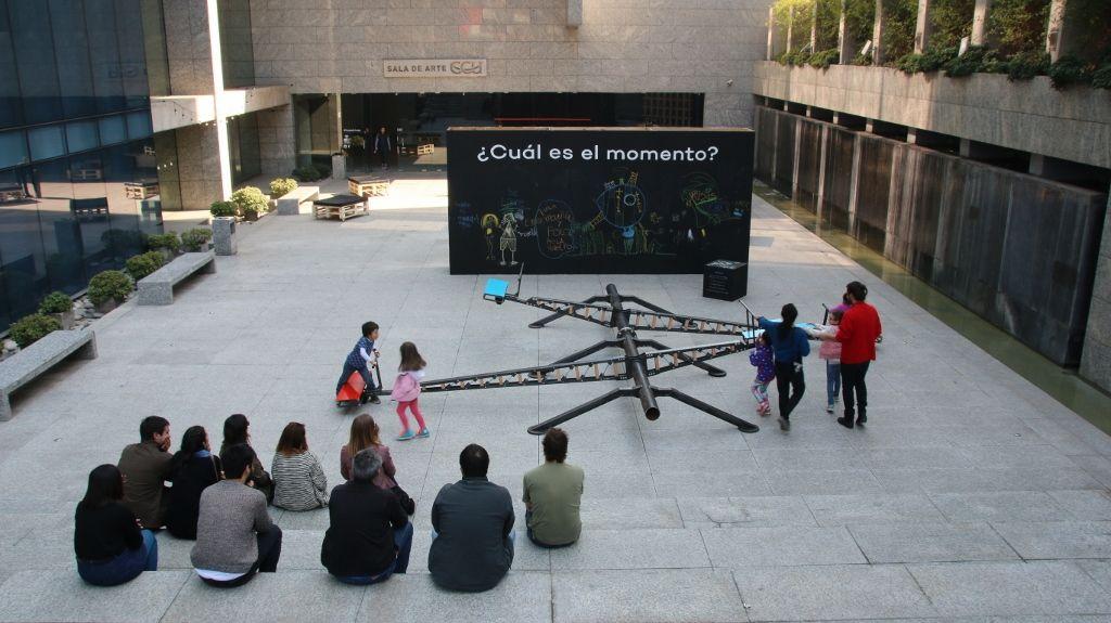 Vista de la exposición Campo de Juego, de Mil M2, en la Sala de Arte CCU, Santiago de Chile, 2016. Cortesía: Mil M2