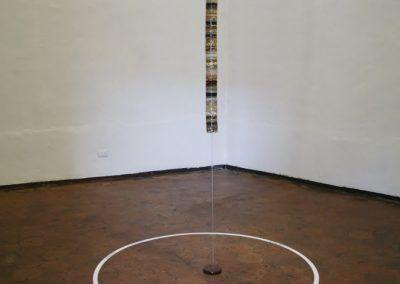 Juana Córdova, Fondo de reserva, resina, semillas andinas, 105 cm x 10 cm de diámetro. Vista de la exposición en el Museo Municipal de Arte Moderno (MMAM) de Cuenca, Ecuador, 2016. Foto: Alejandra Villasmil