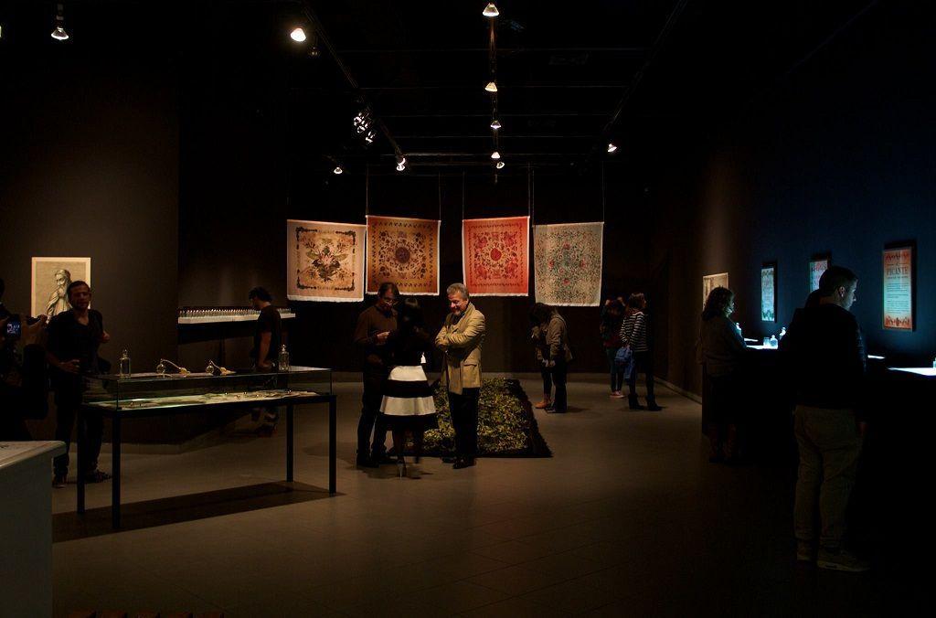 "Vista general exposición ""Aromérica Parfumeur"". Beatrice Glow, 2016. Sala de Arte MNBA Mall Plaza Vespucio. Santiago de Chile. Fotografía de Aertiron"