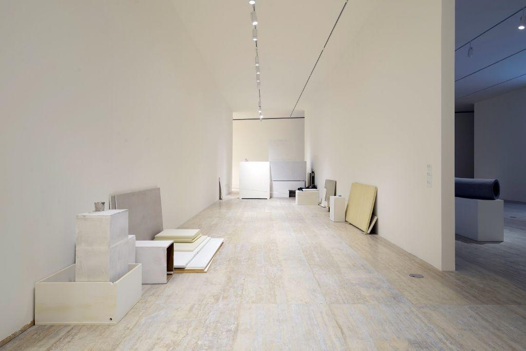 Peter Fischli y David Weiss, Sin título, 1994–2013, poliuretano pintado, 164 partes. Vista de la exposición en el Museo Jumex, Ciudad de México, 2016. Foto cortesía Museo Jumex