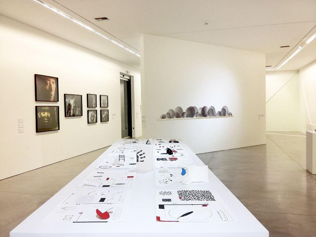 """Vista de la exposición """"De lo espiritual en el arte. Obertura"""". Museo de Arte Moderno de Medellín, 2016. En primer plano: Mateo López. Fotografía: Úrsula Ochoa"""