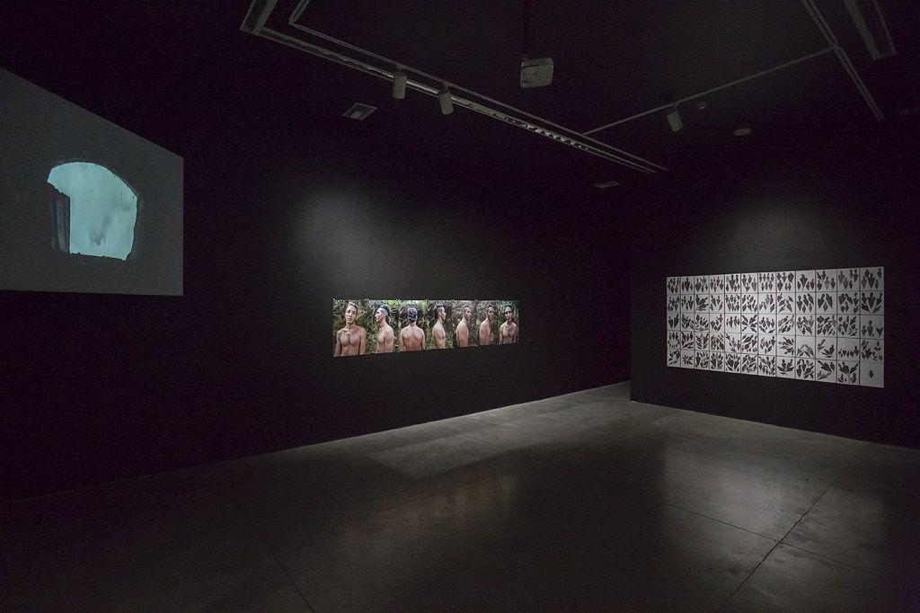 """María Isabel Rueda. Vista de la exposición """"Oscuro diario"""". Museo de Arte Moderno de Medellín. Cortesía de la artista."""