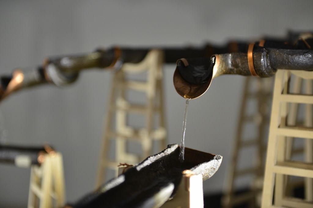 Claudia Müller. Maipo (detalle). cerámica negra, cobre, 5 lts de agua, madera, caucho, mangueras, bomba de agua, válvula solenoide y arduino. 2016