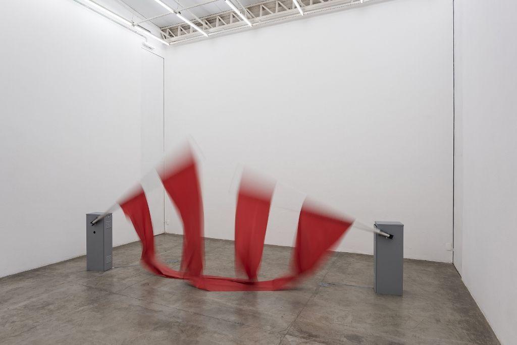 Carmela Gross, Darlenes 2014, dos barreras de estacionamiento, dimensiones variables. Foto: Edouard Fraipont. Cortesía: Galeria Vermelho