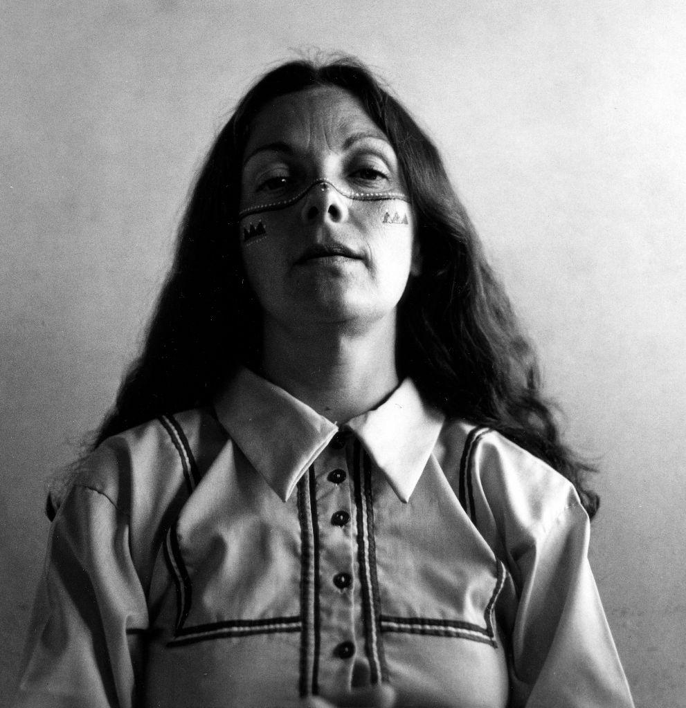 Graciela Iturbide,Self Portrait with the Seri Indians, Sonoran Desert, México, 1979. Cortesía de la artista