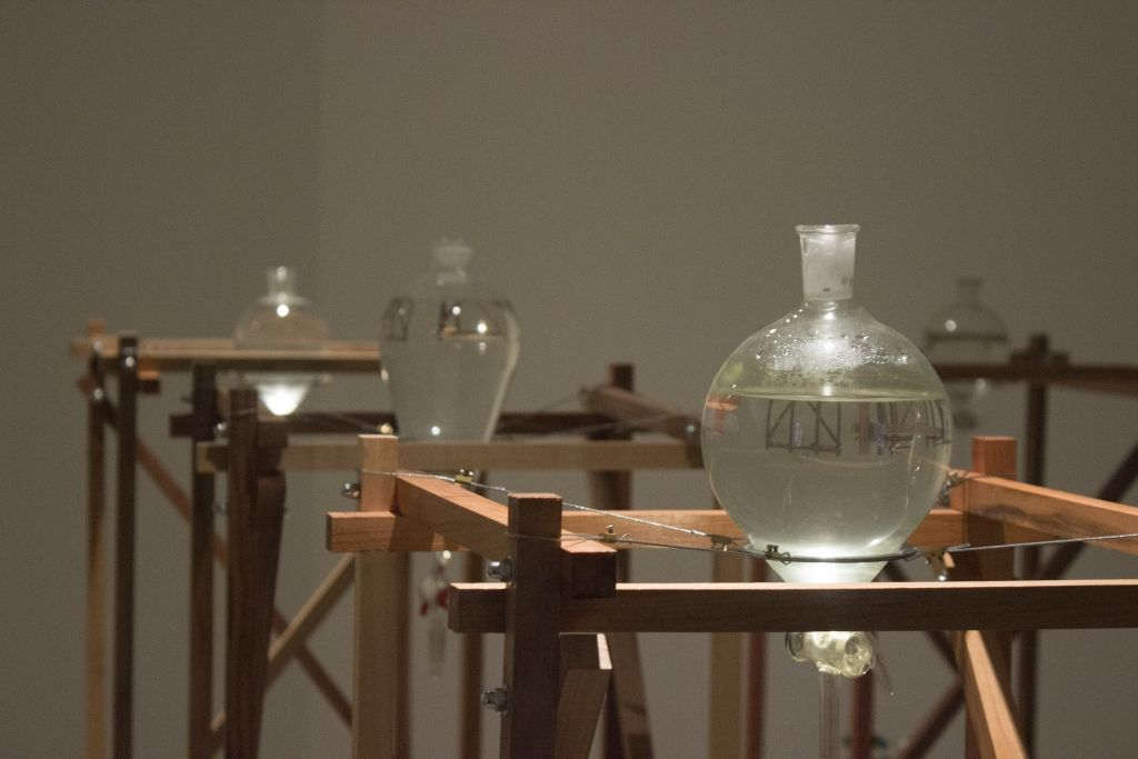 Claudia González. Hidroscopia/Mapocho.Detalle de la instalación. Museo de Arte Contemporáneo (MAC), Santiago de Chile, 2016. Foto cortesía de Ignacio Venegas.