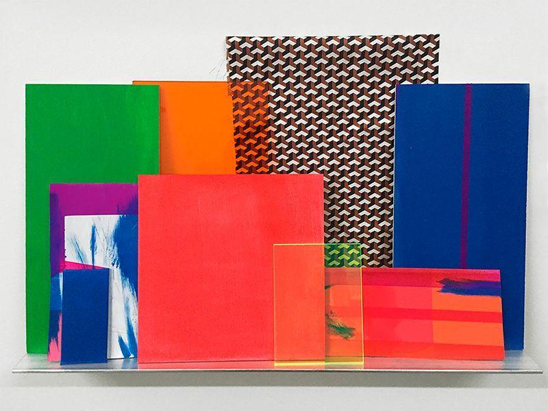 Monika Bravo, Bild-Objekt #7, 2016. Pigmento sobre seda, lienzo, mylar, papel y madera; acrílico y espejo; repisa de aluminio, 56 x 61 x 8 cm. En Johannes Vogt Gallery