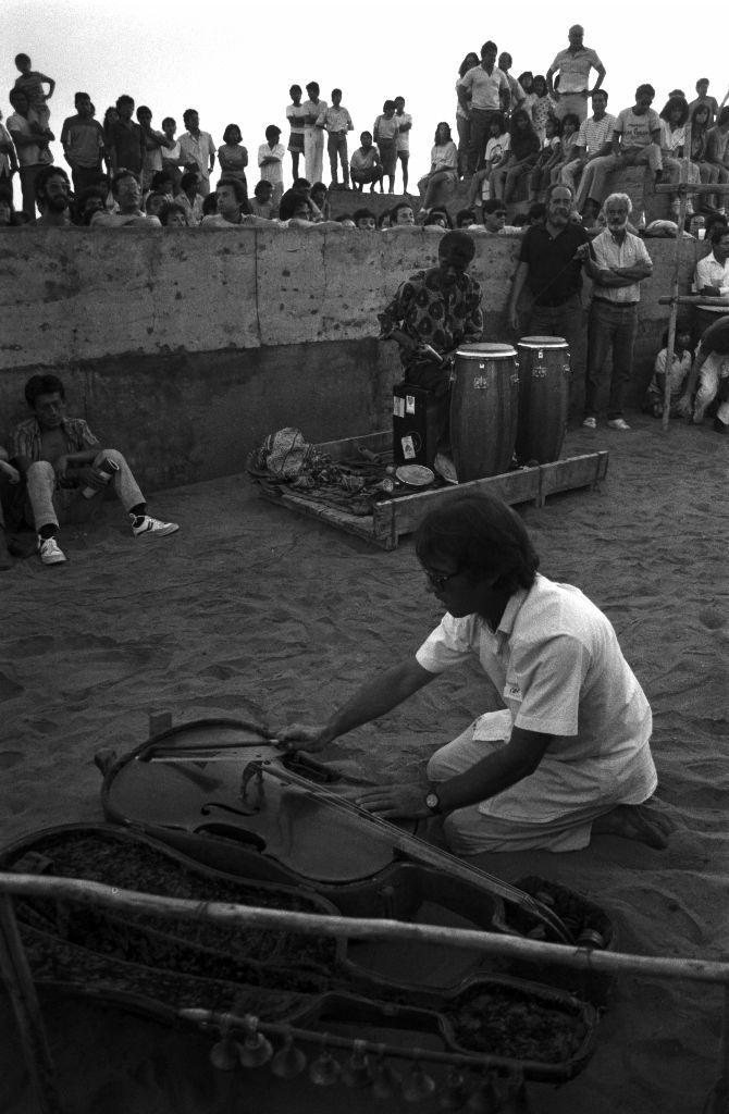 Manongo Mujica. El entierro del cello, 1988/2016. Impresión por inyección de tinta sobre papel de algodón. 22 x 33 cm. Edición de 7. Fotografía de Herman Schwarz. Cortesía: HFBA