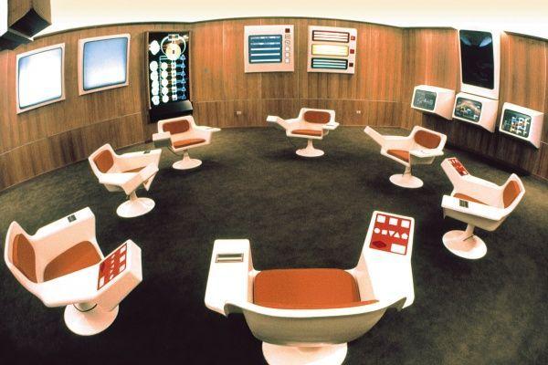 Foto original de archivo del cuarto de operaciones del Cybersyn. Foto: Gui Bonsiepe. Cortesía: Bienal de Diseño de Londres, 2016