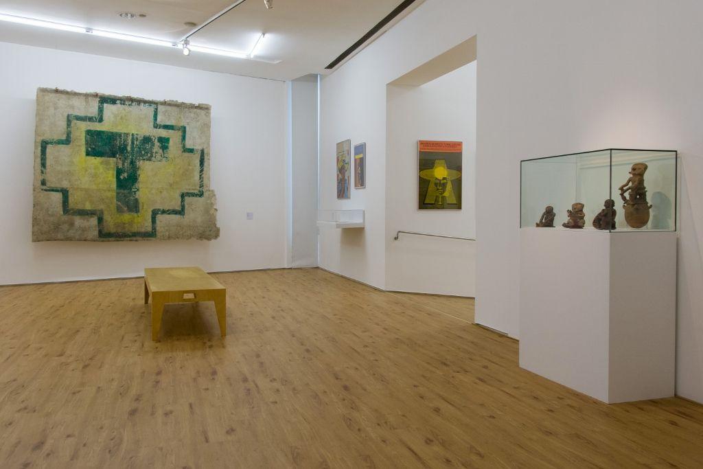 Al fondo, a la izquierda: Sin título, de José Carlos Martinat, 2013. Vista de la exposición Verboamérica, en el MALBA, 2016. Foto: Pablo Jantus