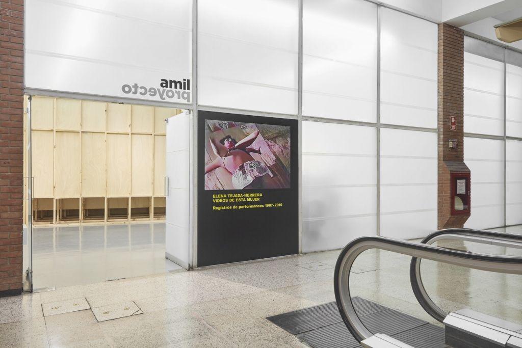 Elena Tejada-Herrera. Videos de esta mujer: registros de performances 1997-2010. Vista de la exposición en Proyecto AMIL, Lima, 2016. Diseño arquitectónico de Maya Ballen. Fotos por Juan Pablo Murrugarra