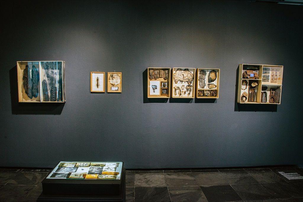 Gabriela Vásquez. Archivo La Pólvora. Parte de la muestra Post-Panamax. Sala de Arte Las Condes, Santiago de Chile, 2016. Foto cortesía de la artista.