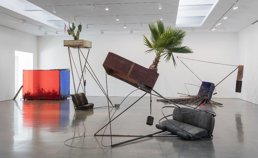 Vista de la exposición de Abraham Cruzvillegas, Autoconcanción, en Regen Projects, Los Angeles, 2016. Foto: Brian Forrest. Cortesía: Regen Projects