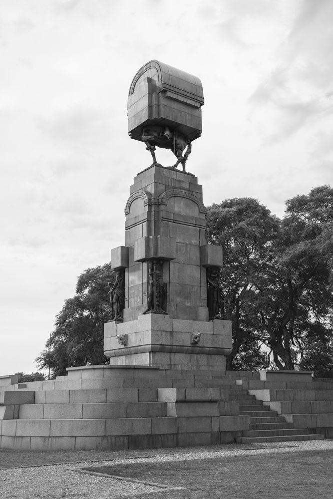Andrés Durán. Ecuestre (serie). Parte de la muestra: Monumento Editado (Chile-Perú-Bolivia-Argentina). FoLa (Fototeca Latinoamericana), Argentina, 2016. Imagen gentileza del artista.
