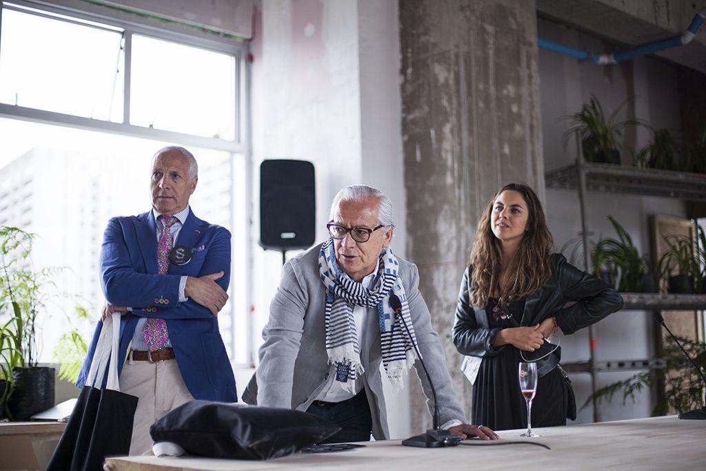 De izq. a der.: Ramón Sauma, Gabriel Carvajal, y Carolina Castro, curadora de la sección Planta de la feria Ch.ACO 2016, durante la nominación de los artistas al Premio Ca.Sa. Foto: Cristián Aninat