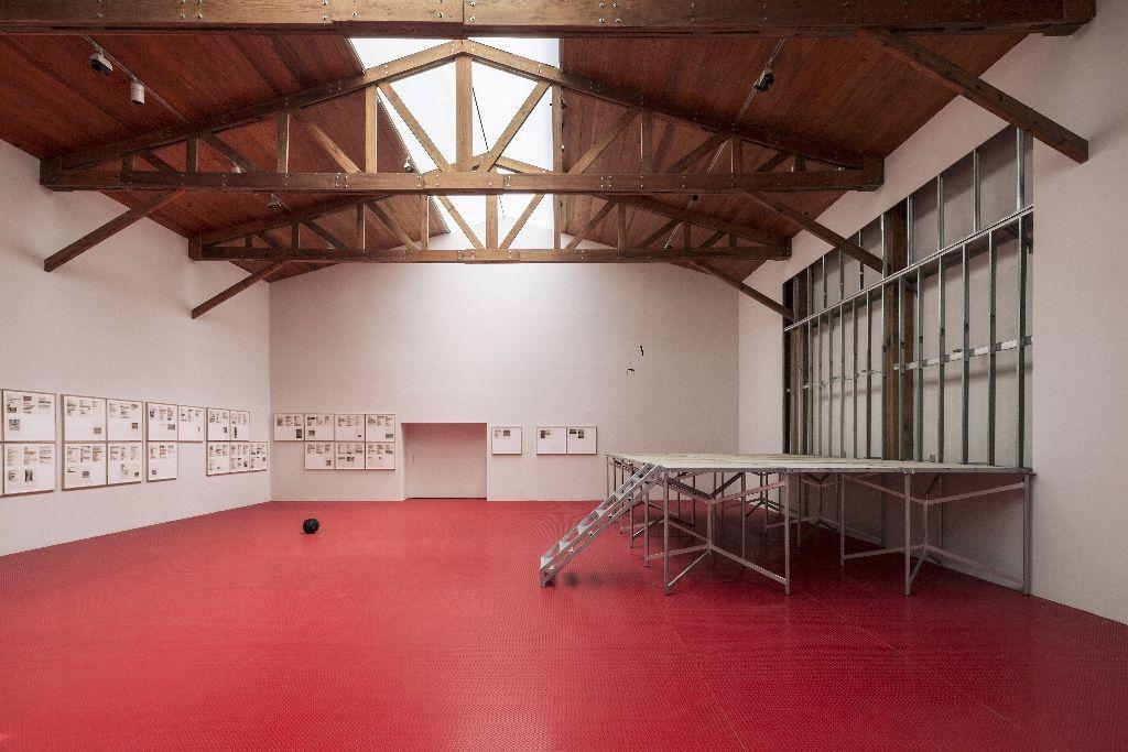Vista de instalación de Extinción de Dominio, kurimanzutto, Ciudad de México, 2016. Cortesía del artista y kurimanzutto, Ciudad de México. Foto: Onnis Luque