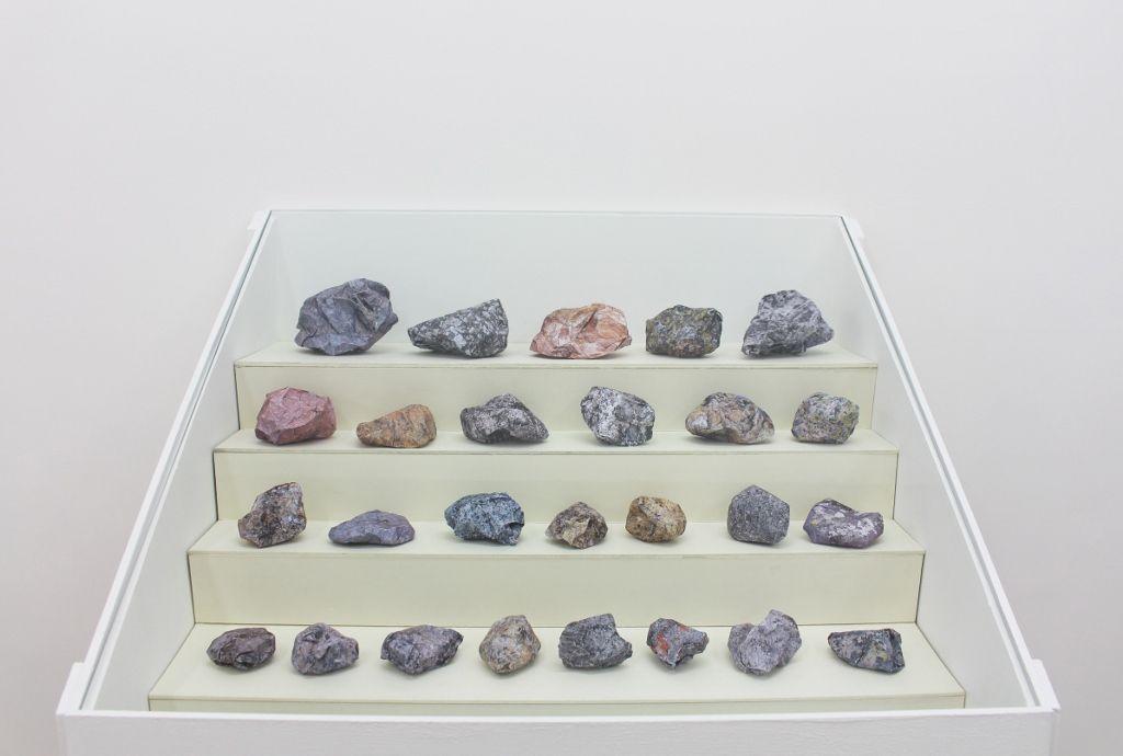 Rodrigo Arteaga, Colección de Rocas, 2016, esculturas de papel, dimensiones variables. Cortesía de Sobering Galerie