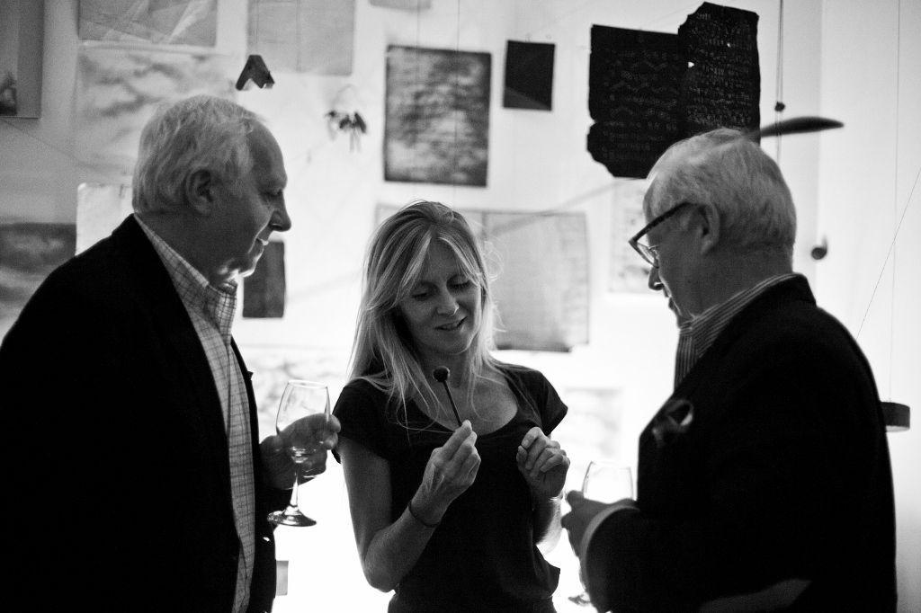 Ramón Sauma y Gabriel Carvajal con la artista María Ignacia Edwards, cuya obra es parte de su coleccion. Foto: Cristián Aninat