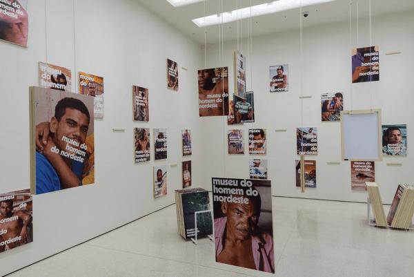 Vista de la exposición Under the Same Sun: Art from Latin America Today (Bajo el mismo sol: Arte de Latinoamérica hoy), en el Solomon R. Guggenheim Museum, Nueva York, 2014. Foto:: David Heald © Solomon R. Guggenheim Foundation